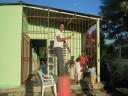 Pintant la reixa de casa